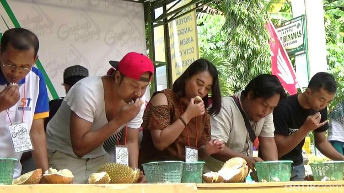 Lomba makan durian di Purworejo. (Foto: Rinto Heksantoro/detikcom)