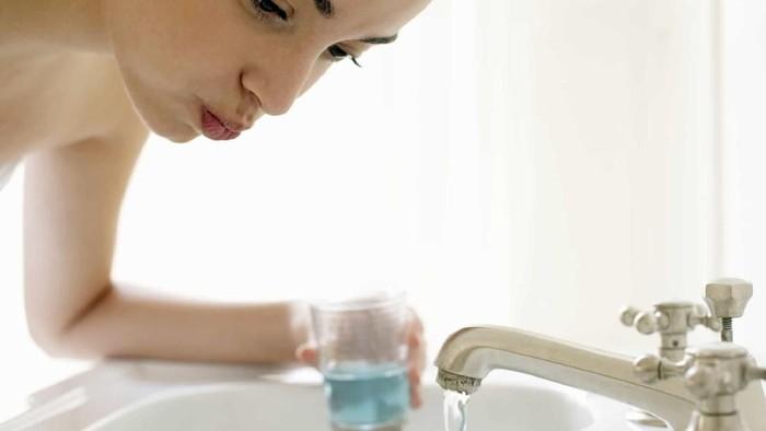 Seorang wanita mengklaim bahwa obat kumur dapat menyingkirkan kulit mati. (Foto: Istimewa)