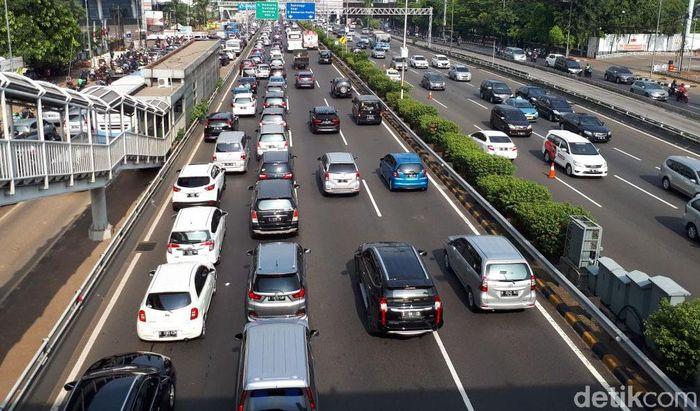 Kendaraan melintas di tol dalam kota beberapa waktu lalu.