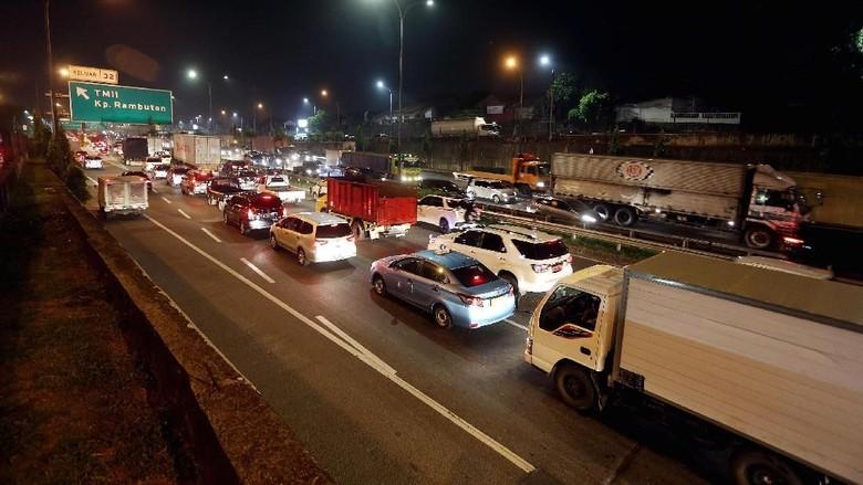 Kendaraan mengantre di jalan tol