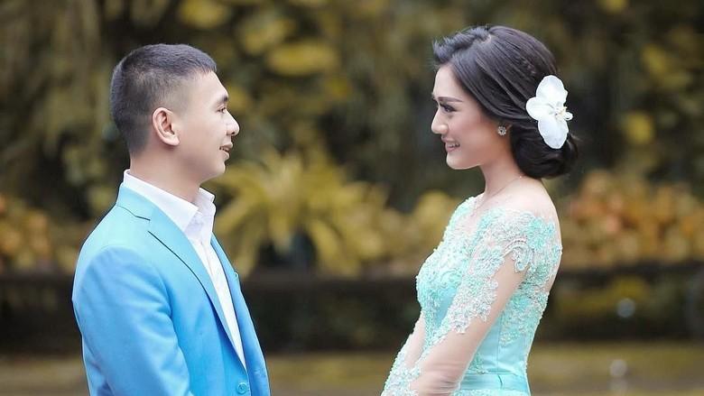 Raditya Dika dan Anissa Foto Prewedding, Netizen Salah Fokus pada Ini