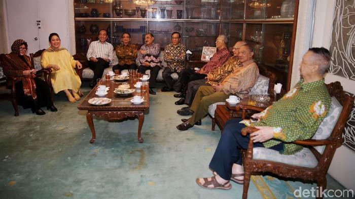 Putri Presiden RI ke-2 Soeharto, Siti Hediati Hariyadi alias Titiek Soeharto, mengundang para sesepuh Golkar ke kediamannya di Jalan Cendana, Jakarta Pusat, Sabtu (9/12/2017).