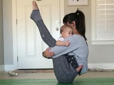 Asyiknya! Ibu Muda Satu Ini Melakukan Yoga Bersama Sang Anak