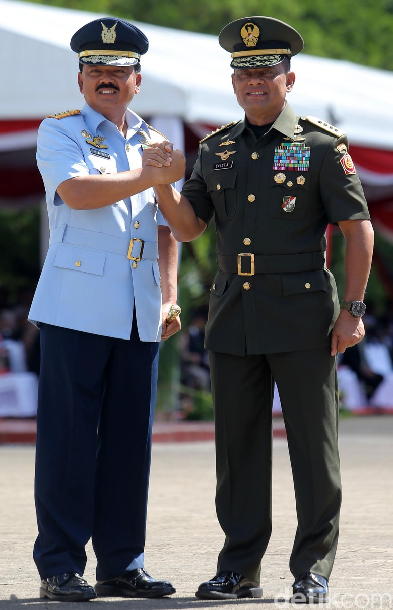 Gatot Serahkan Tongkat Komando Panglima TNI ke Hadi Tjahjanto