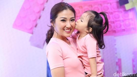 Hot Mom! Sarwendah Pose Bareng Putri Kesayangan