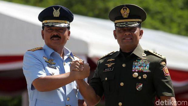 Marsekal TNI Hadi Tjahjanto telah dilantik sebagai Panglima TNI. Hari ini, Hadi menerima 'tongkat komando' Panglima TNI dari Jenderal Gatot Nurmantyo.