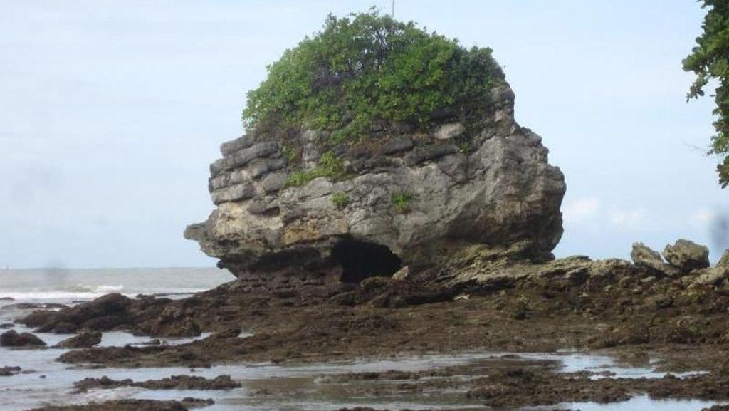 Yang Unik di Nusakambangan, Pantai Karang Bolong