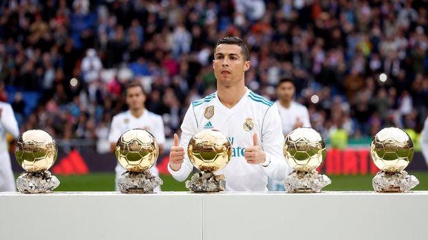Cristiano Ronaldo memiliki trofi Ballon d'Or yang sama dengan Messi.