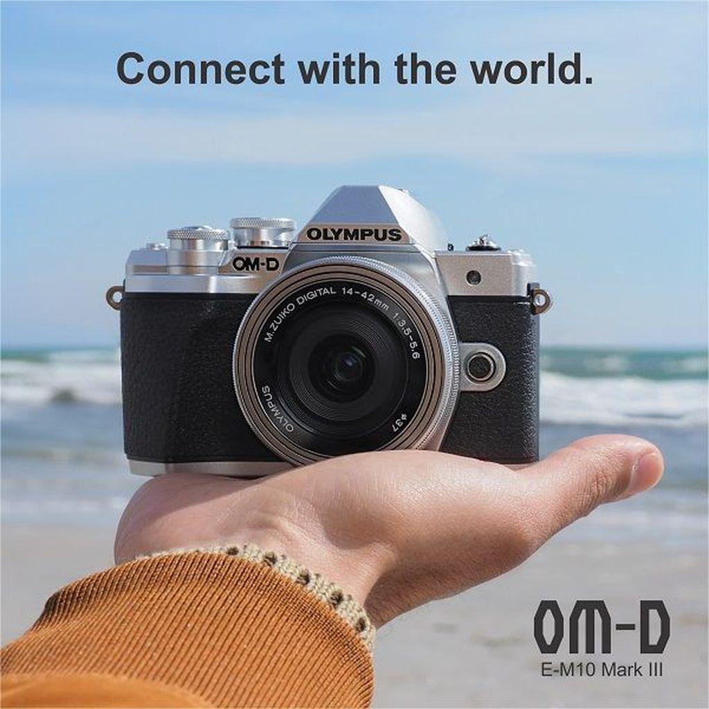 Kamera dengan video 4K dan In Body 5-axis image stabilizer ini ditargetkan untuk pengguna yang hobi traveling. Foto: Olympus OMD E-M10 Mark III