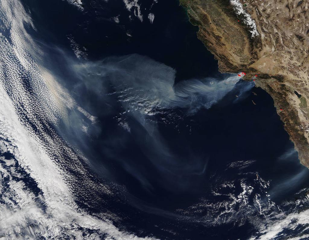 Kebakaran hebat di California, Amerika Serikat memaksa hampir 200 ribu orang dievakuasi. Foto: NASA