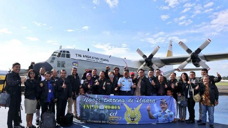 Momen Panglima TNI Seruput Kopi Baringga di Udara