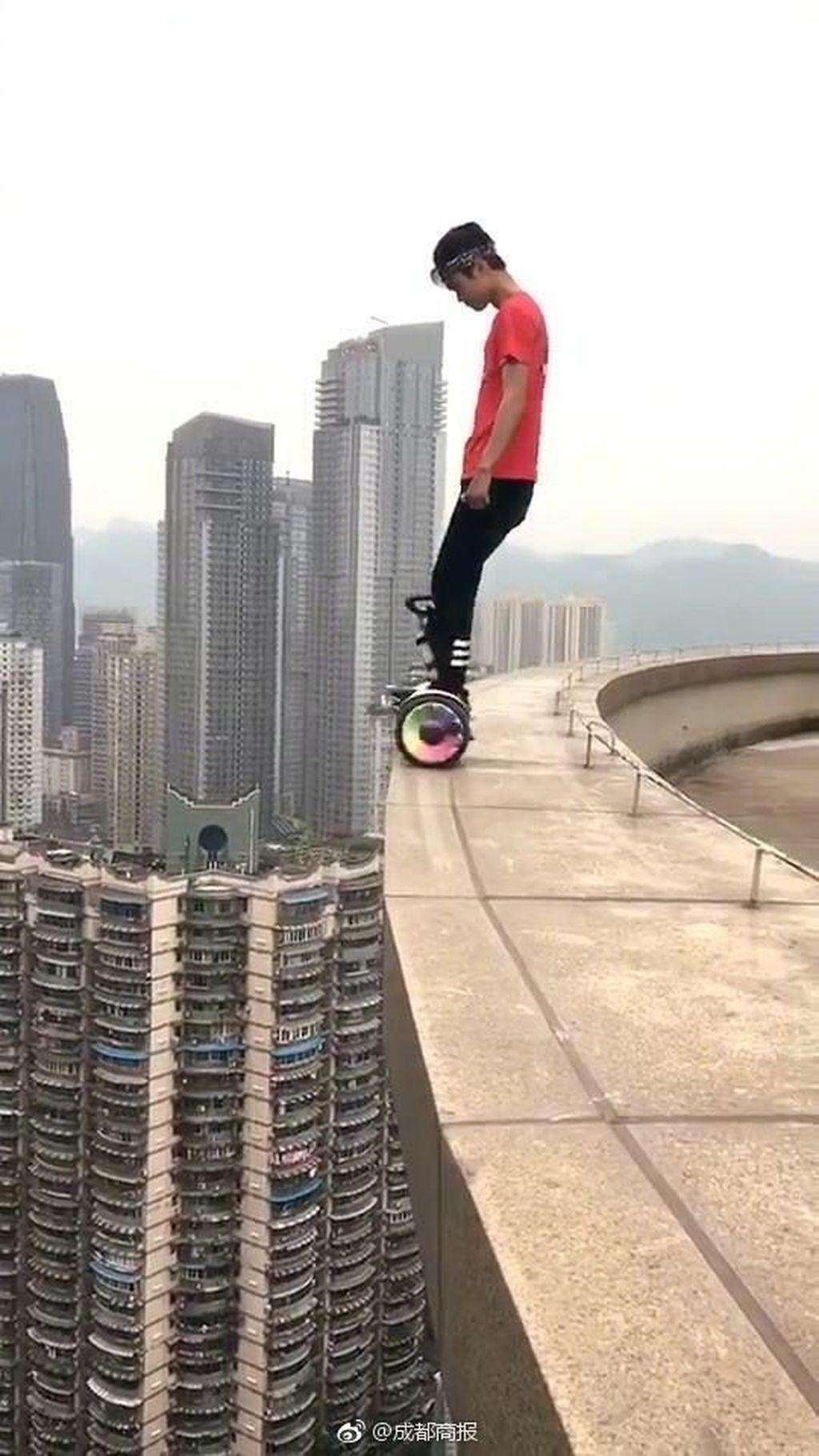 Pasalnya, dia disebut-sebut sebagai yang pertama di sana dalam memulai tren berpose menantang maut di ketinggian gedung-gedung tanpa pengaman. Foto: Yong Ning