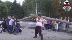 Dmytro Khaladzhi dijuluki sebagai raksasa terkuat di dunia karena kekuatannya. Beginilah aksi-aksinya yang bisa membuatnya meraih 63 jenis rekor dunia.