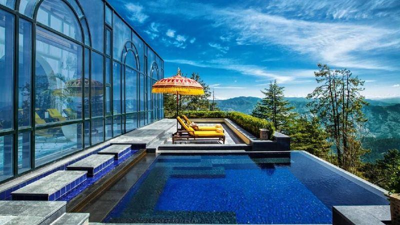 Wildflower Hall Shimla di India jadi hotel yang harus traveler masukkan ke dalam daftar bucket list impian. Hotel di ketinggian 2.434 mdpl ini menawarkan pemandangan eksotis Pegunungan Jakhoo Hill, pegunungan yang tertinggi di Shimla (dok. booking.com)