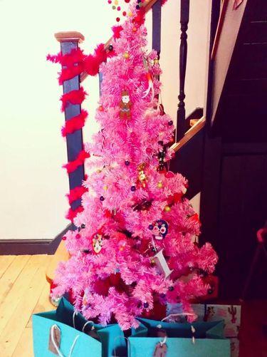 Pohon Natal Jaman Now, Bukan Hijau Tapi Bright Pink!
