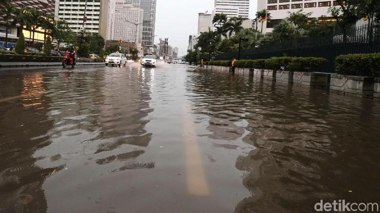Foto: Bundaran HI juga Tak Luput dari Banjir