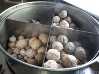 Bakso Solo Samrat: Gurih Mantap! Bakso Isi Telur dengan 4 Potong Iga Empuk