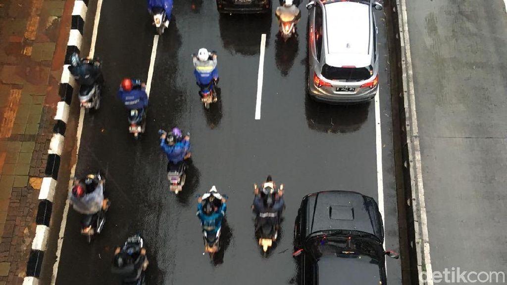 Naik Motor saat Hujan, Perhatikan 4 Hal Ini