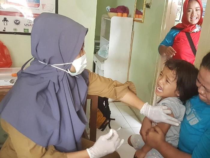 Seorang anak di Serang mendapat imunisasi difteri. (Foto: Bahtiar/detikHealth)
