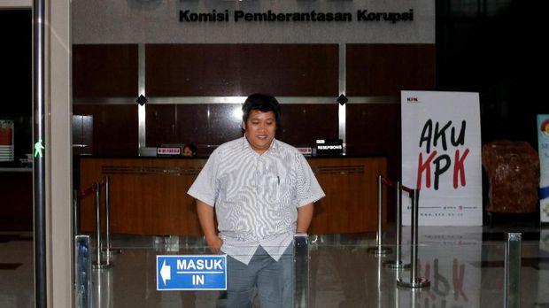 Eks kontributor stasiun Metro TV Hilman Mattauch, di Gedung KPK, Jakarta, Senin (11/12).