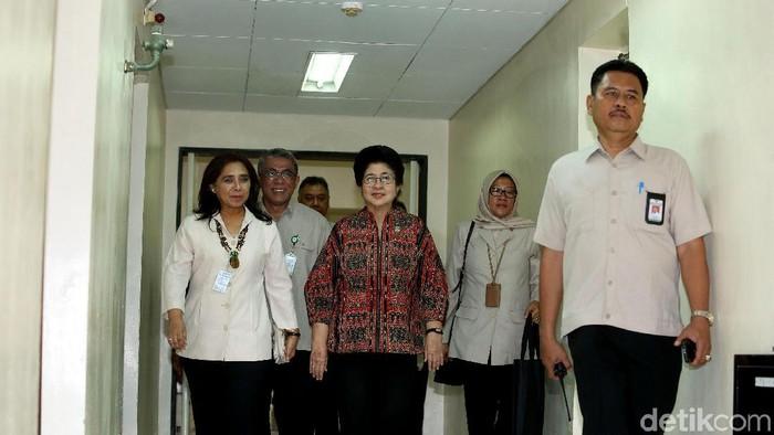 Dirut RSPI Sulianti Saroso dr Rita Rogayah dan Menkes Nila Moeloek menyambangi RSPI Sulianti Soeroso. (Rengga Sancaya/detikcom)