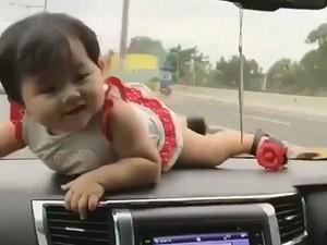Balita Ditaruh di Dasbor Mobil, Anak kecil Bukan Barang Mainan!
