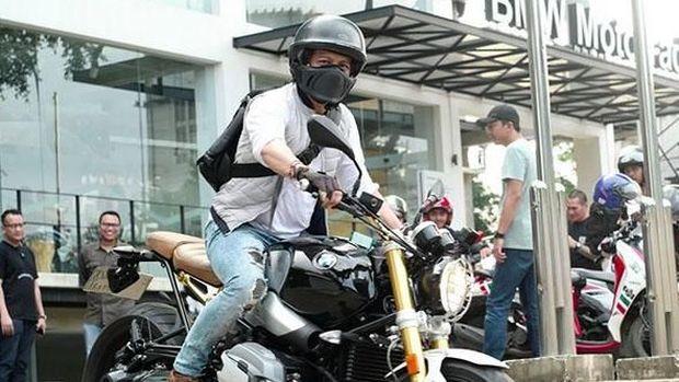 Saat ini banyak selebriti yang punya hobi naik motor. Mereka juga sering mengadakan touring dengan tunggangannya. Kini, selebriti yang punya motor gede (moge) bertambah lagi. Ialah Ariel Noah yang bergabung dengan selebriti lain yang pakai moge.
