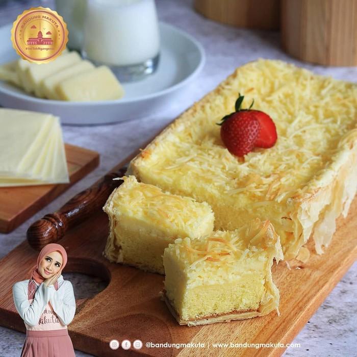 Bandung Makuta milik Laudya Cinthya Bella jadi kue kekinian yang tak pernah sepi pemburu. Varian kue dengan rasa cokelat, keju, lemon, blueberry hingga caramel tampaknya cocok di lidah foodies Indonesia. Foto: Instagram