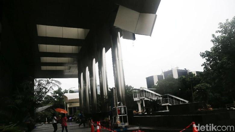 Penampakan Plafon Lobi KPK yang Jebol Akibat Hujan Deras