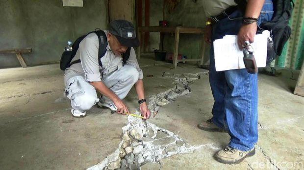 Tim dari PVMBG Bandung meneliti tanah bergerak di Purworejo.