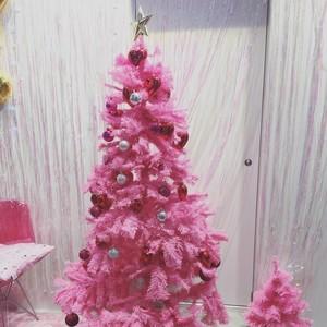 Pohon Natal Zaman Now, Bukan Hijau Tapi Bright Pink!