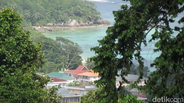 Dari restoran ini, kita juga bisa melihat pemandangan pantai yang indah di Pulau Mahe (Fitraya/detikTravel)