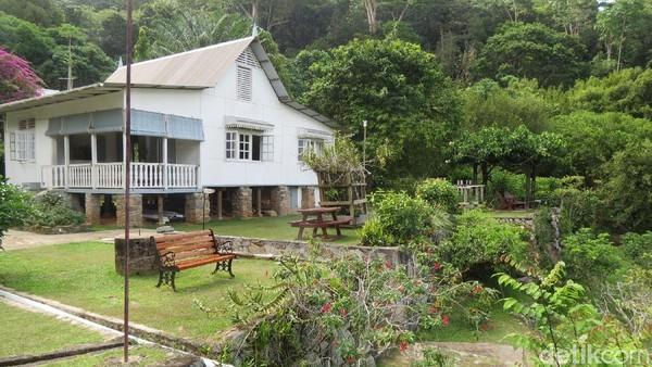 Suasana di sekitar restoran. Kita bisa duduk di bangku menikmati pemandangan atau rehat setelah berkeliling kebun (Fitraya/detikTravel)