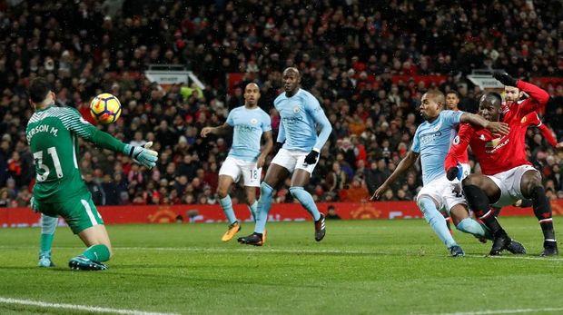 Manchester City akan menjamu Manchester United di tengah dua laga perempat final Liga Champions menghadapi Liverpool.