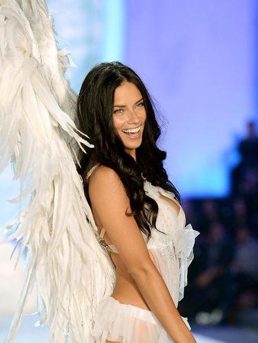 Tolak Tampil Buka-bukaan, Adriana Lima Belum Tinggalkan Victoria's Secret