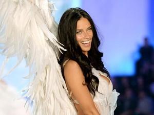Pensiun dari Victorias Secret, Adriana Lima Ucapkan Salam Perpisahan