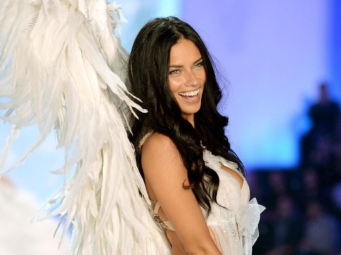 Adriana Lima pensiun jadi model Victorias Secret. Foto: Getty Images