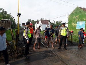 Mobil Tertabrak Kereta di Tulungagung, 2 Orang Terluka