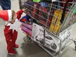 Aksi Bocah Jadi Boneka Natal Demi Berbagi dengan Anak Lain