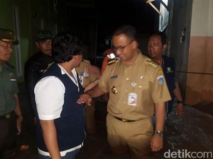 50 Rumah Terendam Banjir Jatipadang, Petugas Tangani Tanggul Jebol