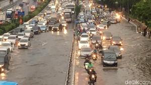 Jalanan Jakarta Tergenang Pascahujan Ekstrem, Macet di Mana-mana
