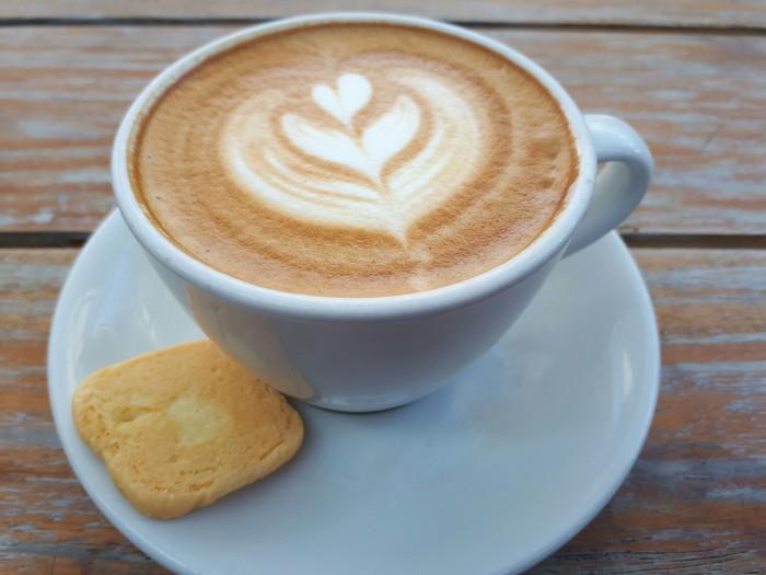 Di Jalan Cikajang No. 29, Senopati, Jakarta Selatan ada kafe yang sediakan kopi dan kue enak. Bernama BEAU by Talita Setyadi, Anda dapat menikmati cappuccino hangat dengan paduan biskuit enak. Lebih cantik disajikan dengan cangkir biru. Foto: Dok. detikFood