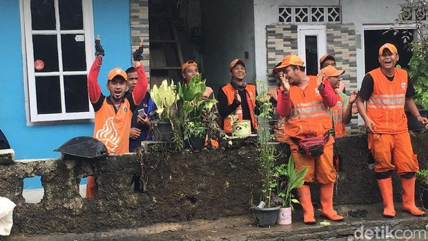 Semangat dan Nyanyian Pasukan Oranye Perbaiki Tanggul Kali Pulo