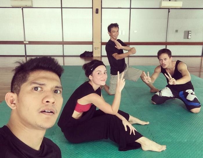 Julie juga berolahraga bela diri, ia berlatih dengan Iko Uwais. Karena itu lah ia kerap membintangi film bergenre action. Foto: Instagram/@julstelle