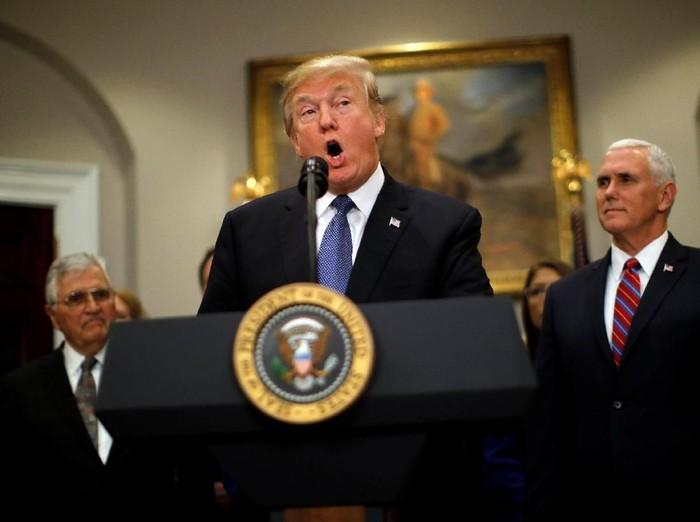 Donald Trump disebut netizen mengalami gejala demensia, kabar ini pun dibantah pihak gedung putih. Foto: REUTERS/Carlos Barria