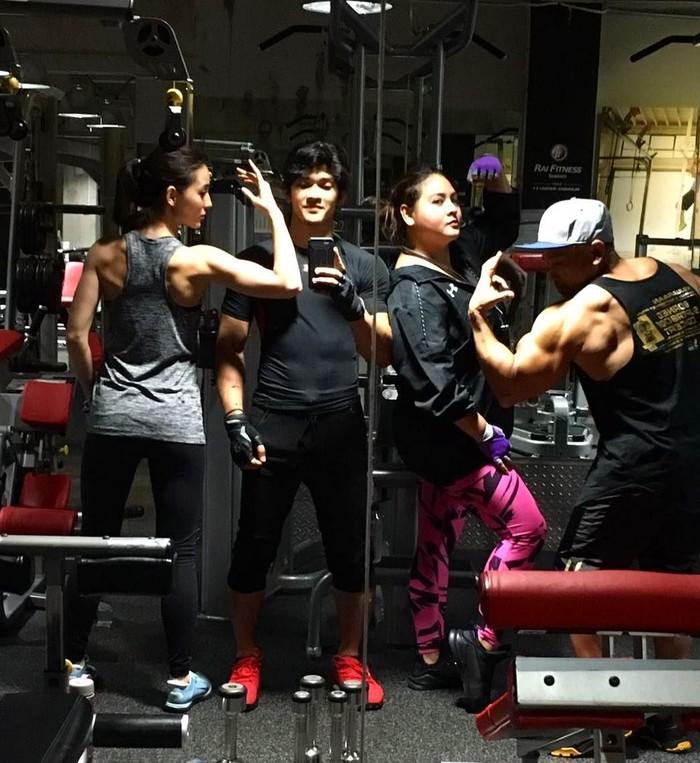 Tidak kalah dengan pria. Saking rutinnya berolahraga, lihat saja tubuhnya Julie menjadi atletis. Foto: Instagram/@julstelle