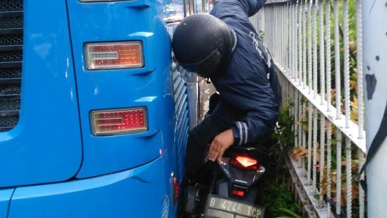 Foto: Pemotor terjepit Bus TransJ. (Dok. PT TransJ)