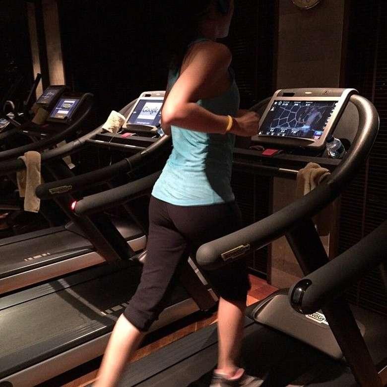Untuk tetap menjaga kebugaran tubuhnya, ia sering melakukan olahraga di treadmill. Foto: Instagram/@julstelle