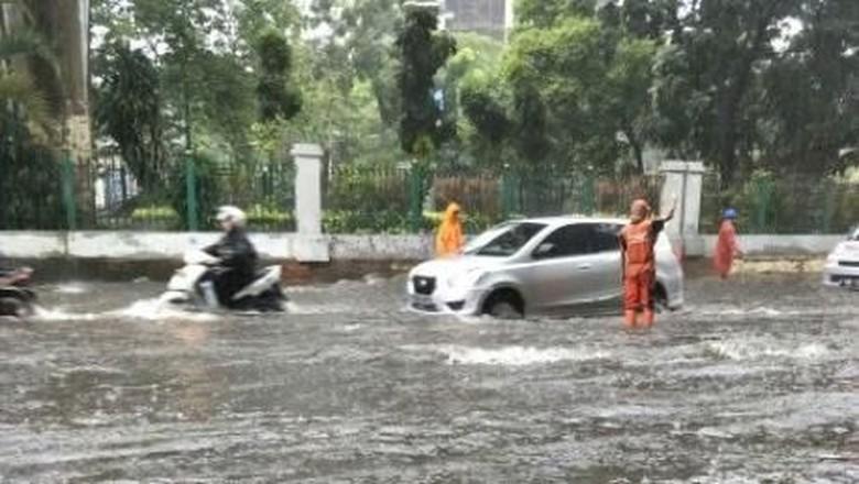 Hujan Deras, Menteng dan Cawang Tergenang Air