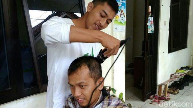 Aksi potong gundul relawan PMI di Banjarnegara.